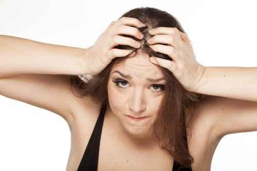 La sortie des cheveux peints par les huiles